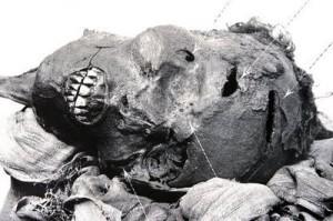 Farao Seqenenres mumie ligger til utstilling på Kairo Museum. Det er ingen tvil om at han er skadet og drept.