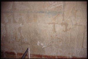 Veggmaleri i Hatshepsuts tempel kan være overleveringen av Moses til det egyptiske hoff.